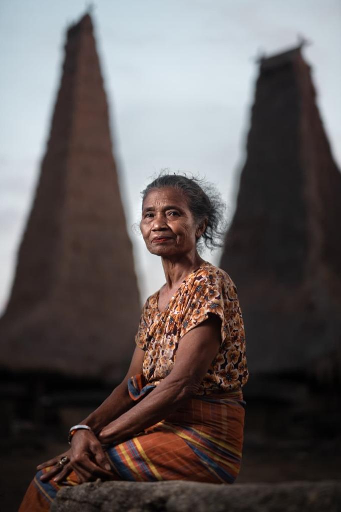 CapKaroso-Sumbanese-lady-seated-roof-background