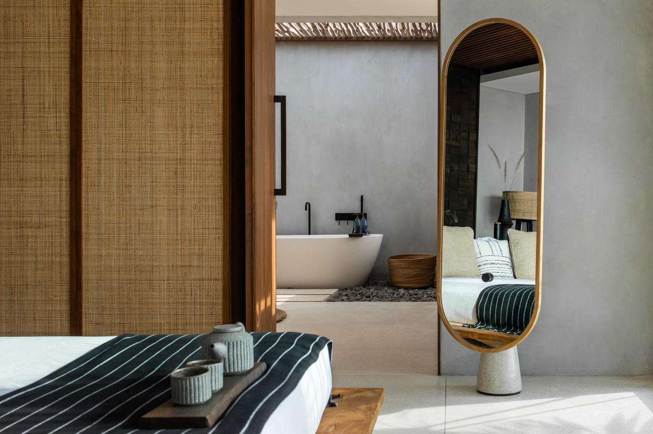 CapKaroso-VillaN'dara-bed-mirror-bath
