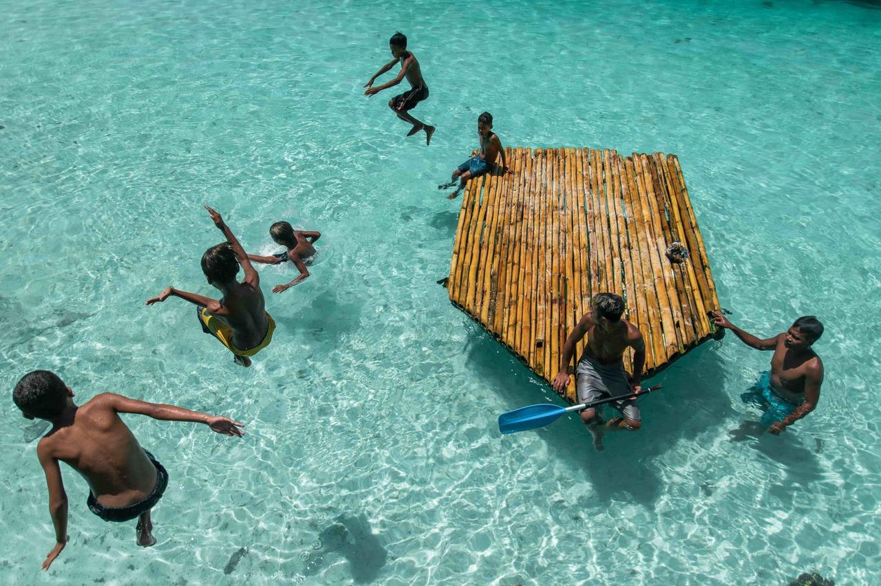 Children playing in Weekuri lake