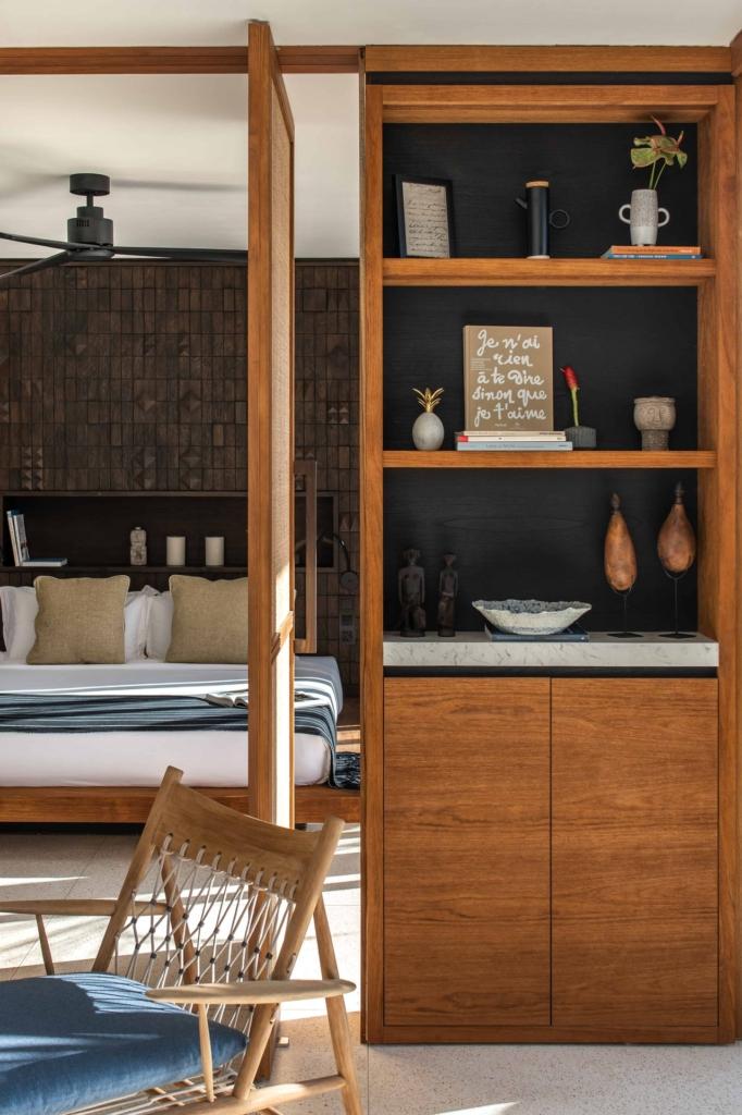 CapKaroso-suite-lounge-shelves-view-bedroom