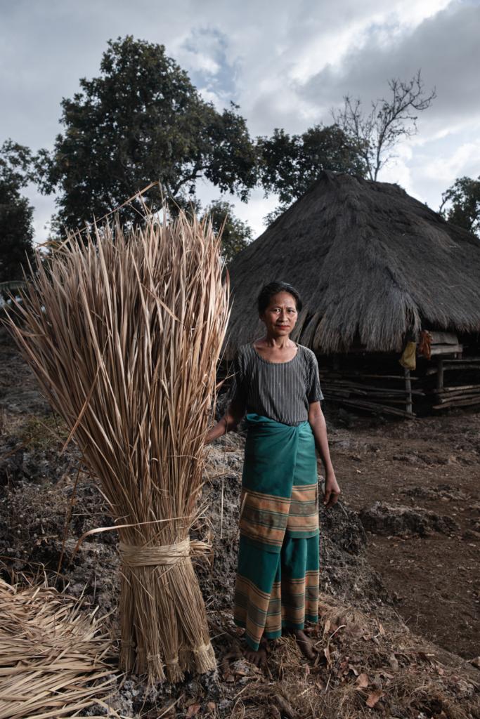 CapKaroso-woman-standing-dry-leaves